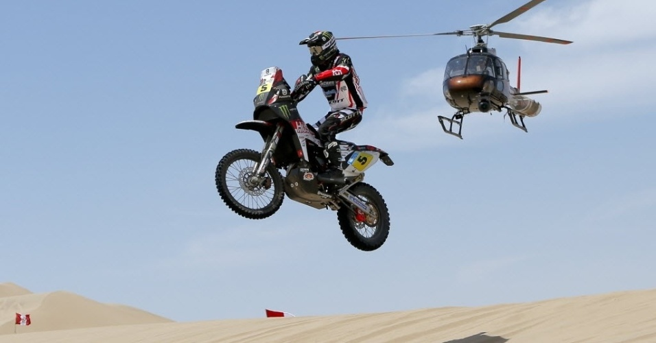 05jan2012---espanhol-joan-barreda-bort-salta-nas-dunas-durante-a-primeira-etapa-do-rali-dakar-entre-lima-e-pisco-1357482159932_956x500
