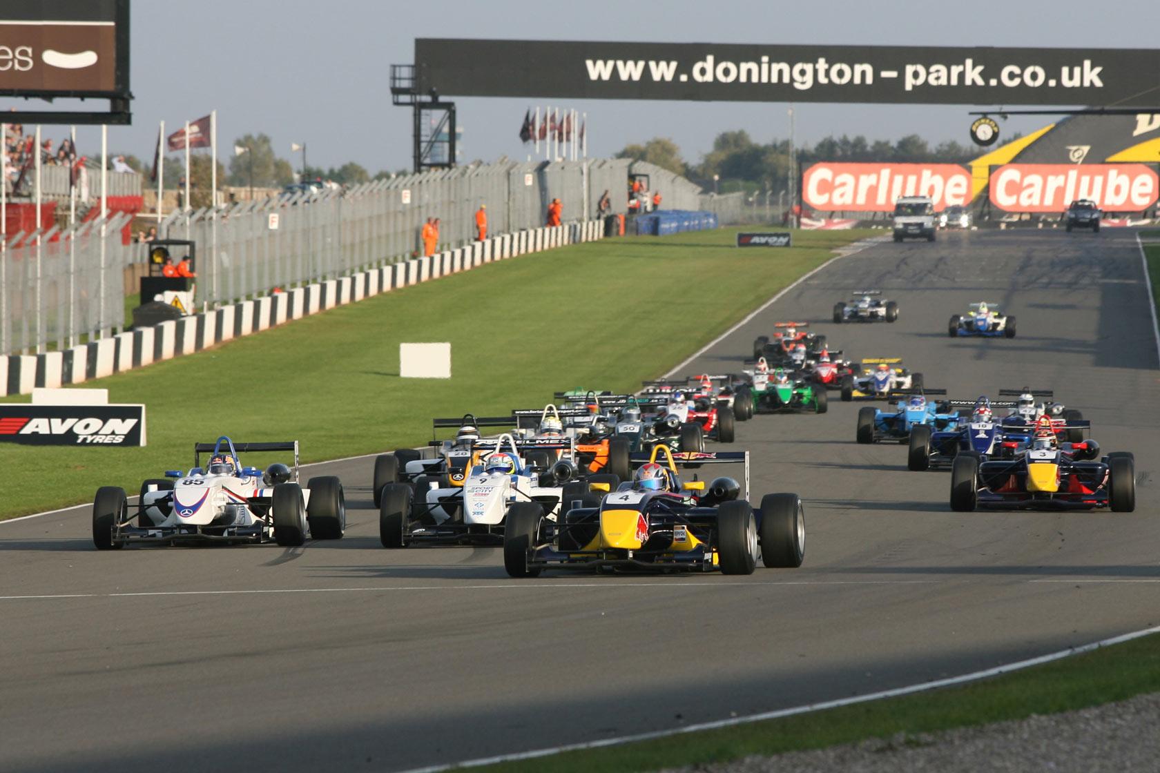 Largada de uma prova da Fórmula 3 inglesa em Donington Park, 2008: definitivamente, o certame já viveu dias bem melhores...