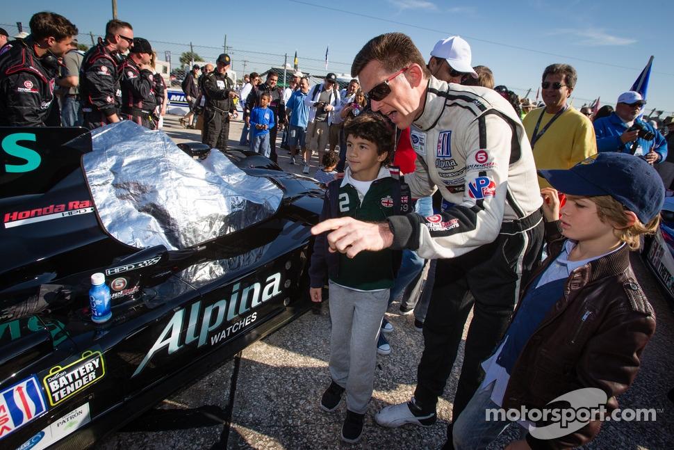 Os pequenos fãs do automobilismo interagem com o piloto Scott Tucker. Lá, respeito ao público é obrigação dos organizadores